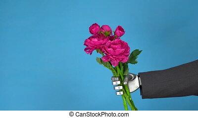 gros plan, homme affaires, fleurs, bleu, roses., complet, gris, bouquet, tient, mécanique, arrière-plan., main, cyborg