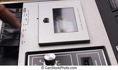 gros plan, insérer, enregistreur, cassette bande, playback., commencer