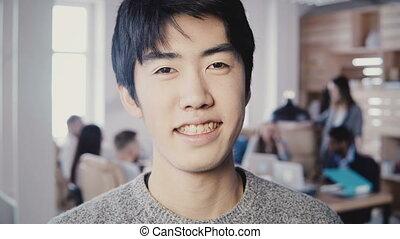 gros plan, mâle, réussi, bureau., moderne, créatif, regarder, 4k., directeur, appareil photo, asiatique, portrait, homme souriant, beau