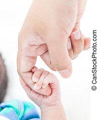 gros plan, mère, bébé, main, doigt, tenue