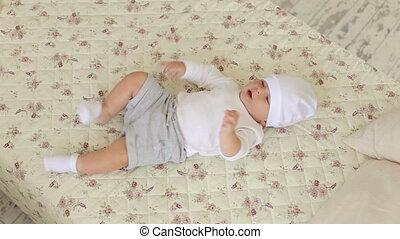 gros plan, maman, elle, jeune, lit, nouveau né, bedroom., assaisonnement, bébé