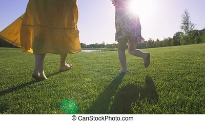 gros plan, pieds nue, courant, maman, girl, herbe