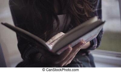 gros plan, prise vue., métrage, girl, panoramique, livre, caucasien, séduisant, lit