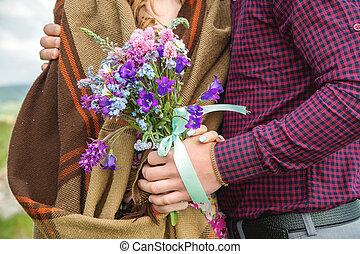 gros plan, sien, bouquet, couple étreindre, mains, petite amie, type