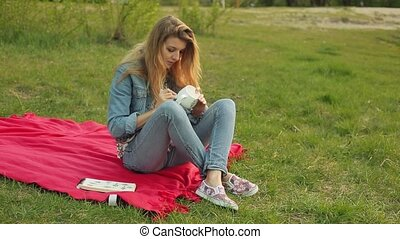 gros plan, soir, séance, modèle, tube, peintures, ornement, dessin, peinture, plaid, femelle transmet, mug., girl, blanc rouge, sunset.