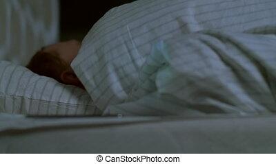 gros plan, sonner, reveil, homme, lit, horloge, nuit, dormir, jeune