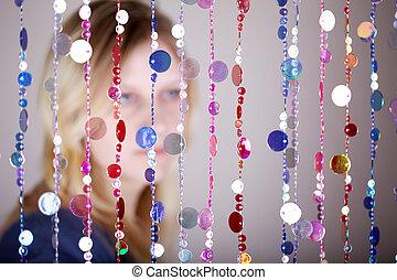 gros plan, stands, foyer, pensively, plastique, derrière, portrait, pas, rideau, girl, beads.