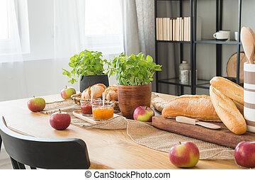 gros plan, sur, table bois, à, pommes, et, baguettes, dans, clair, salle manger, interior., vrai, photo