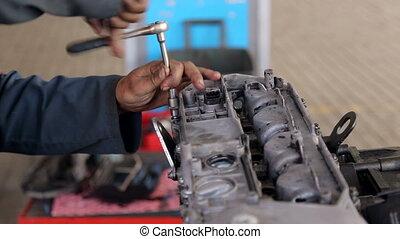 gros plan, voiture, unrecognizable, maintenance., service, mécanicien, mains