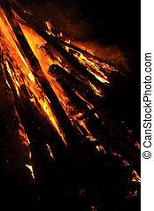 grosses Lagerfeuer in der Nacht