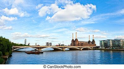 Grosvenor Bridge with Battersea Power Station - Panoramic ...