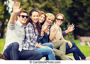groupe, étudiants, ados, mains ondulantes, ou