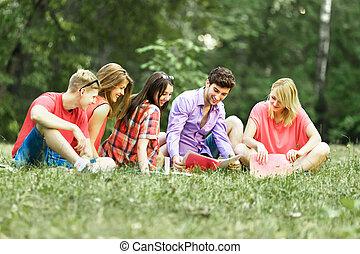 groupe, étudiants, ensoleillé, parc, livres, jour, heureux
