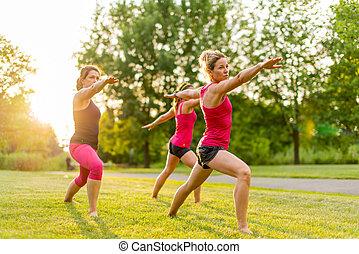 groupe, 3 femmes, yoga, nature
