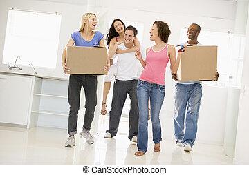 groupe amis, en mouvement, dans, nouvelle maison, sourire