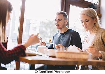 groupe amis, manger dehors, dans, a, restaurant