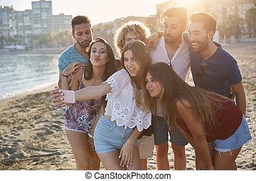 groupe, amis, prendre, plage, selfie, heureux