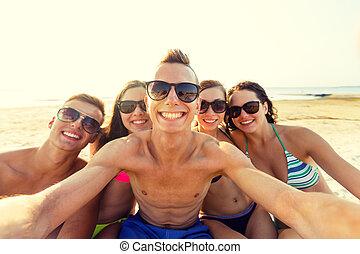 groupe, amis, selfie, confection, sourire, plage