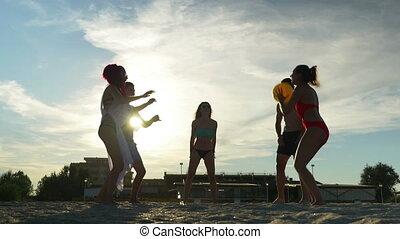 groupe, amis, volley-ball, leur, temps, apprécier, plage, jouer
