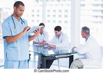 groupe, autour de, tablette, utilisation, hôpital, fond, numérique, table, chirurgien, mâle