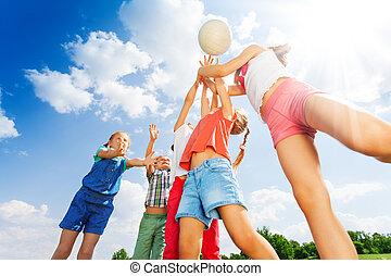 groupe, balle, jeux, pré, enfants