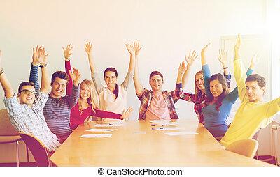 groupe, bureau, étudiants, mains, sourire, élévation