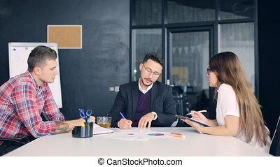 groupe, bureau fonctionnant, gens, ensemble, créatif, business