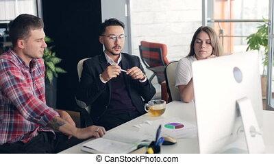 groupe, bureau fonctionnant, gens, jeune, ensemble, créatif, business