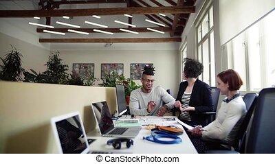 groupe, bureau, jeune, start-up, conversation, concept., businesspeople