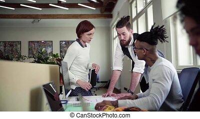 groupe, bureau, start-up, jeune, conversation, businesspeople, concept.