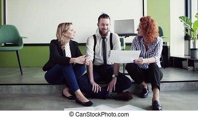 groupe, business, séance, bureau, gens, jeune, plancher, parler.