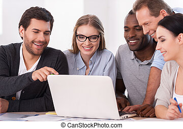 groupe, business, work., gens, ordinateur portable, reposer ensemble, créatif, regarder, quoique, quelque chose, équipe, table, discuter, vêtementssport