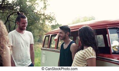 groupe, campagne, jeune, roadtrip, conversation, par, voiture., amis