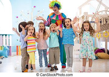 groupe, clown, célébrer, fêtede l'anniversaire, enfants