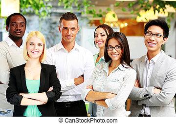 groupe, de, a, heureux, businesspeople, debout, ensemble, dans, bureau
