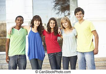 groupe, de, adolescent, étudiants, debout, dehors, collège,...