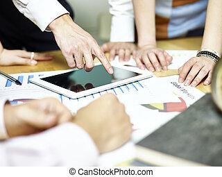 groupe, de, affaires asiatiques, gens, réunion, dans, bureau