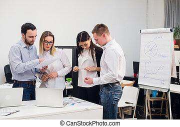 Groupe employés bureau idées réunion discuter. groupe