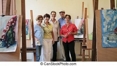 groupe, de, gens âgés, sourire, appareil-photo, à, art, école