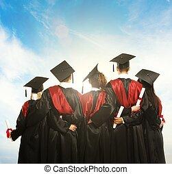 groupe, de, gradué, jeune, étudiants, dans, noir, manteaux,...