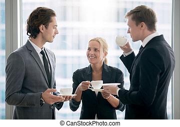 groupe, de, hommes affaires, avoir, thé, après, réunion