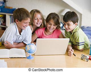 groupe, de, jeunes enfants, faire, leur, devoirs, sur, a, ordinateur portable