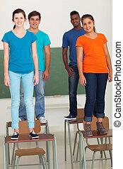 groupe, de, lycee, étudiants, debout, sur, bureaux