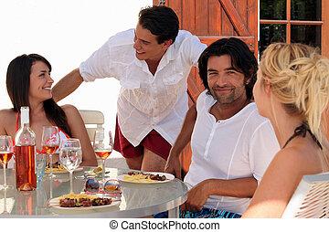 groupe de quatre personnes, dinant, dehors