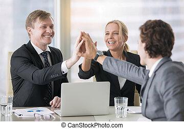 groupe, dirigeants, business, donner, haut cinq