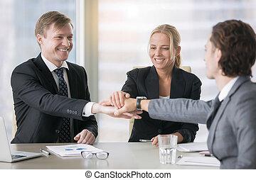 groupe, dirigeants, business, donner, haut cinq, sourire