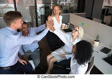 groupe, donner, ouvriers, businesspeople, élevé, divers, cinq, équipe, heureux