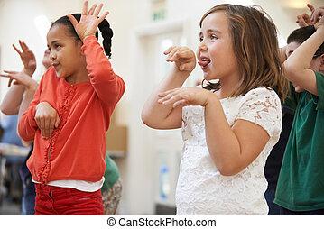 groupe enfants, apprécier, drame, classe, ensemble