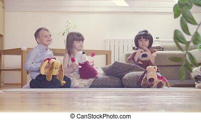 groupe, enfants, jouets bourrés