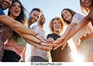 groupe ensemble, dehors, rire, tenant mains, amis